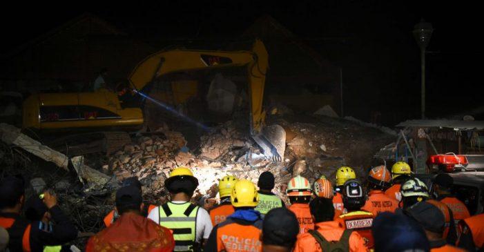 Sube a 64 número de víctimas por sismo en suroeste de México