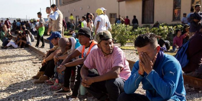 Trasladan a migrantes centroamericanos a nuevo albergue en Tijuana