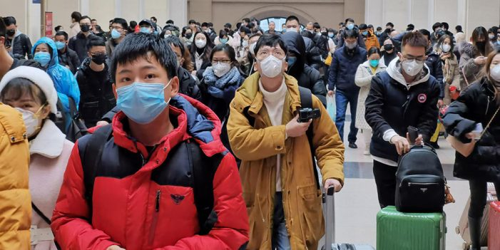 """Enfrentamos """"escasez crónica"""" de equipo contra coronavirus: OMS"""