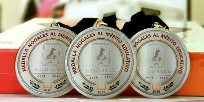 "Entregan premio municipal ""Maestro de excelencia 2020"""